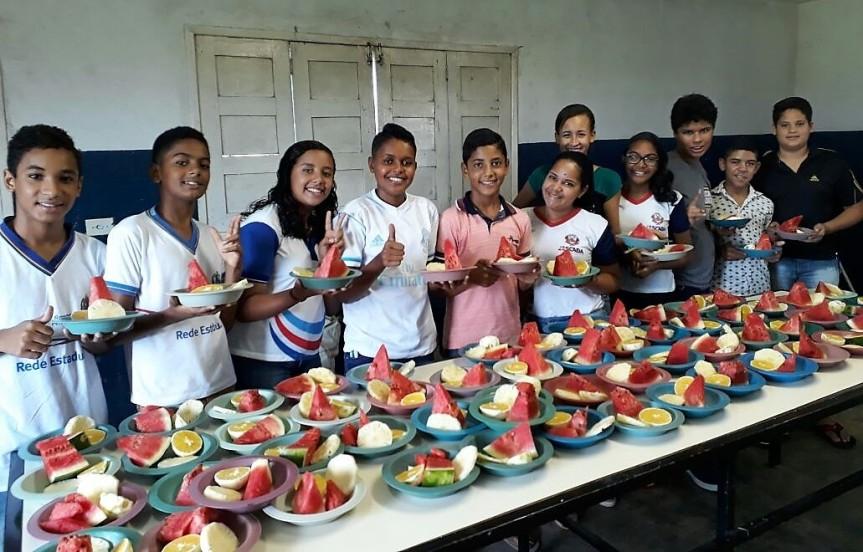 Frutas diversificam cardápio nas escolas da RedeMunicipal