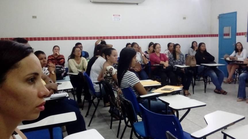 Estagiários participam de formação específica sobreLibras