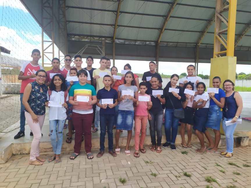 Escola Cícero Dias homenageia alunos destaques